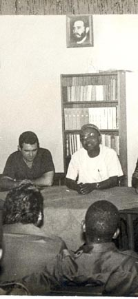 El Primer Comandante Raúl Díaz Argüelles (izq) junto al líder caboverdiano Amílcar Cabral (foto tomada de Granma)