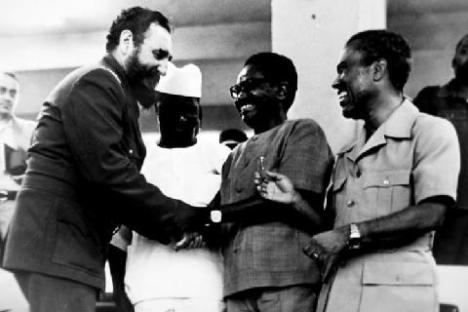 Fidel Castro saluda a Agostinho Neto durante la Cumbre de los No Alineados, en 1979