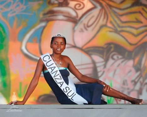 """Maria Restino, de 25 años, candidata de la provincia Cuanza Sul al concurso """"Señorita Mina Terrestre"""" de 2008. Lesionada en 1998."""