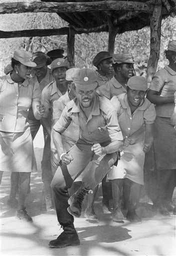 Soldados de la UNITA reciben con baile de la etnia ovimbundu a Jonas Savimbi, en 1986.