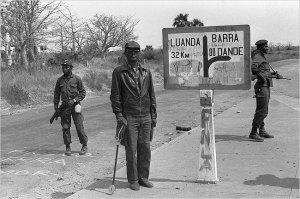 Holden Roberto, cuando viajaba por el norte de Angola en 1975