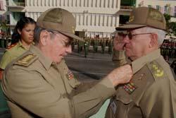 Raúl Castro condecora al general Ramón Espinosa Martín, como parte de su ascenso enero de 2009 a viceministro de las FAR