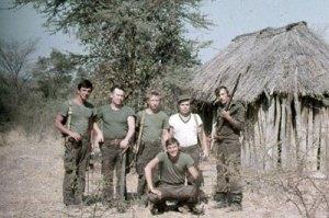 Asesores y especialistas militares rusos en Mulondo en 1983. Foto de V. Soldatenko. Tomado del blog HavanaLuanda