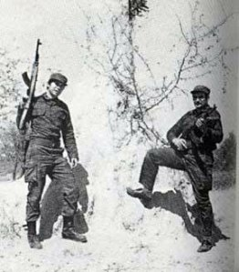 Según los sudafricanos, los dos asesores militares rusos que aparecen en la foto murieron durante la Operación Protea en 1981/Foto tomada del blog HavanaLuanda