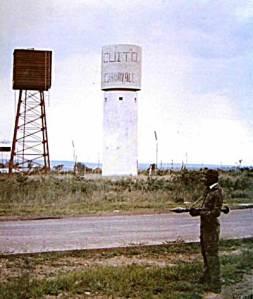 Tanque de agua en Cuito Cuanavale, custodiado por soldado de las FAPLA/Foto tomada del blog HavanaLuanda
