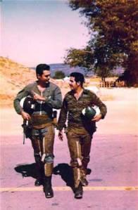 Los pilotos Orestes Lorenzo y Fidel Pérez en Angola en 1983. Lorenzo desertó a EEUU en 1991. Foto tomada del blog HavanaLuanda
